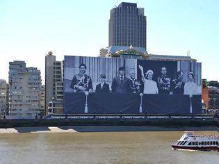 Φωτογραφία για ΔΕΙΤΕ: Τεράστια φωτογραφία της βρετανικής βασιλικής οικογένειας δεσπόζει στον Τάμεση