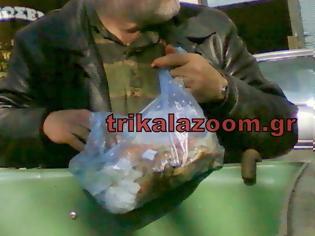 Φωτογραφία για ΣΟΚ στα Τρίκαλα - Ηλικιωμένος τρώει μακαρόνια απ΄τα σκουπίδια... [photos]