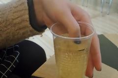 Πήρε ένα ποτό άλλα μόλις της το σέρβιραν βούτηξε το δάχτυλο της μέσα. όταν το νύχι της άλλαξε χρώμα, κάλεσε αμέσως το 100!
