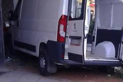 Απίστευτο τροχαίο το πρωί στην Θεσσαλονίκη - Φορτηγάκι «καρφώθηκε» μέσα σε κομμωτήριο [photos]