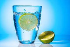 Νερό με λεμόνι: Μύθοι & αλήθειες για τα οφέλη του στην υγεία