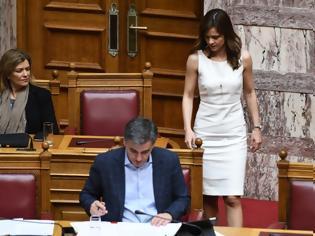 Φωτογραφία για Έκλεψε όλα τα βλέμματα η Αχτσίογλου στη Βουλή: Λευκό φόρεμα, γόβα, τουπέ