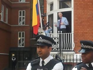 Φωτογραφία για Ραγδαίες εξελίξεις: Ελεύθερος ο Τζούλιαν Ασάνζ των Wikileaks έπειτα από πέντε χρόνια