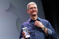Ο Τιμ Κουκ δοκιμάζει μια συσκευή για να παρακολουθεί τα επίπεδα σακχάρου στο αίμα με τη βοήθεια του Apple Watch