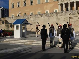 Φωτογραφία για Γενοκτονία Ποντίων: Ρίγη συγκίνησης στην αλλαγή φρουράς στο Σύνταγμα