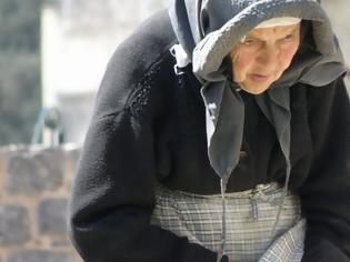 Φωτογραφία για Μια γιαγιά μπήκε ξυπόλητη στο λεωφορείο και βρήκε βοήθεια από αυτόν που κανείς δεν περίμενε...