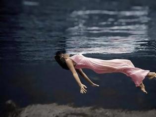 Φωτογραφία για Αυτοί είναι οι λόγοι για τους οποίους βλέπεις νεκρούς ανθρώπους στο όνειρό σου...Τι θέλουν να σου πουν;