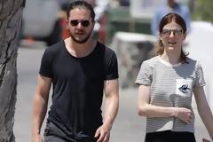 Ο Kit Harington και η Rose Leslie του Game of  Thrones βολτάρουν στη Σαντορίνη