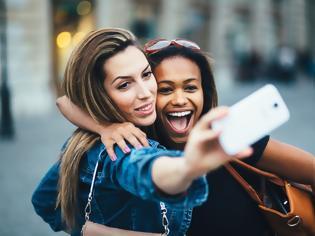 Φωτογραφία για Δεν είναι τόσο αθώες όσο φαίνονται: Ανησυχητική έρευνα για τις selfies - Τι λένε οι επιστήμονες