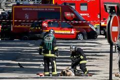 Συναγερμός στο Παρίσι - Εικόνες σοκ: Νεκρός στον δρόμο ο δράστης - Οπλοστάσιο το αμάξι του