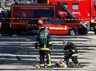 Φωτογραφία για Συναγερμός στο Παρίσι - Εικόνες σοκ: Νεκρός στον δρόμο ο δράστης - Οπλοστάσιο το αμάξι του