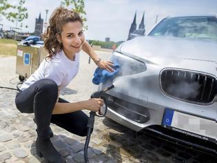 Φωτογραφία για Ελληνίδα, φέρνει τα πάνω κάτω στο πλύσιμο αυτοκινήτου, με μια μαγική συσκευή! [photos - video]
