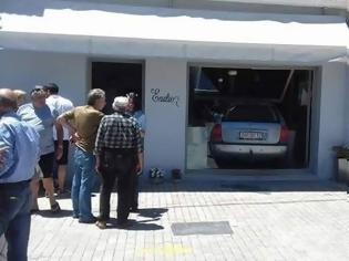 Φωτογραφία για Ιθάκη: Αυτοκίνητο μπήκε ολόκληρο μέσα σε κατάστημα γεμάτο κόσμο [photos]