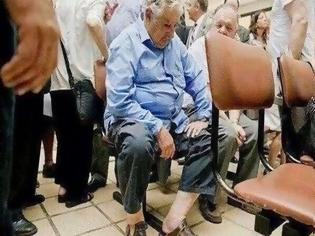 Φωτογραφία για Ο υπέροχος πρόεδρος της Ουρουγουάης που περιμένει στην ουρά του νοσοκομείου για να εξεταστεί! Γνωρίστε τον φτωχό πρόεδρο που είχε εντυπωσιάσει όλο το κόσμο [photos]