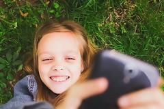 Αφήστε τα παιδιά να βγάζουν selfies. Τους κάνουν καλό!
