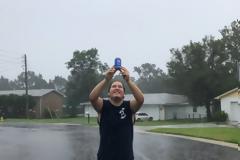 Άντρας στη Φλόριντα προσφέρει μια... Pepsi στον τυφώνα Ίρμα και το Ίντερνετ «παίρνει φωτιά»