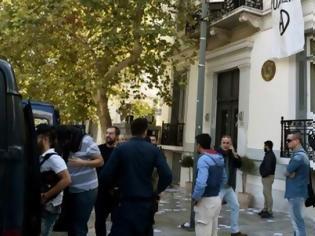 Φωτογραφία για Εξι μήνες φυλάκιση με αναστολή στα μέλη του Ρουβίκωνα για το συμβάν στην ισπανική πρεσβεία
