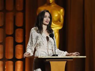 Φωτογραφία για Νέες σοκαριστικές εικόνες με την αποστεωμένη Angelina Jolie