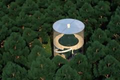 Ένα κυλινδρικό γυάλινο σπίτι γύρω από ένα δέντρο!