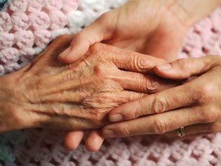 Φωτογραφία για Πάρε τη μάνα σου αγκαλιά, όσο ακόμα προλαβαίνεις. Όσο ακόμα, είναι εδώ...