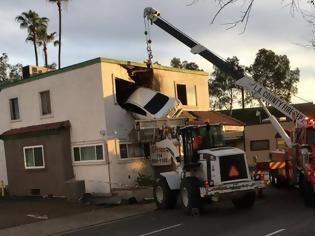 Φωτογραφία για Καρέ καρέ πως «καρφώθηκε» το… «ιπτάμενο» αυτοκίνητο στον πρώτο όροφο κτιρίου [pics, vids]