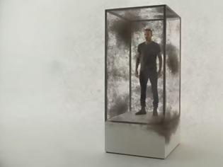 Φωτογραφία για Ο Ντέιβιντ Μπέκαμ σε ένα γυάλινο κλουβί με 10.000 κουνούπια για την ελονοσία