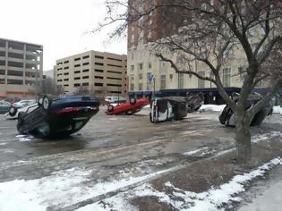 Φωτογραφία για Κάτι πολύ περίεργο συμβαίνει σε parking αυτοκινήτων [photos]