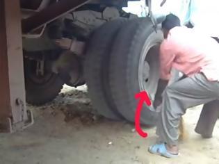 Φωτογραφία για Αν είναι δυνατόν! Δείτε πως έβαλαν μπροστά ένα φορτηγό που είχε μείνει από μπαταρία… [video]