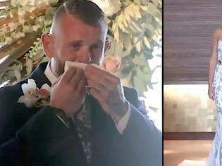 Φωτογραφία για Ο γαμπρός δεν κατάλαβε γιατί η νύφη στάθηκε ακίνητη. Μόλις όμως την είδε να σηκώνει το χέρι της, έμεινε άναυδος