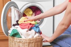Πώς να μην μένουν στα ρούχα λεκέδες από απορρυπαντικά