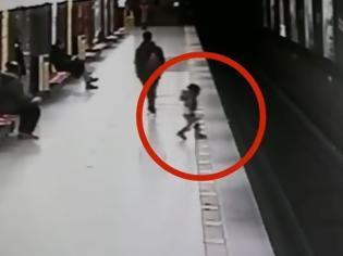 Φωτογραφία για Μιλάνο: Η στιγμή που 2χρονος πέφτει στις γραμμές του μετρό! [video]
