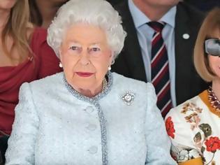 Φωτογραφία για Βασίλισσα... στο catwalk: Η Ελισάβετ στην Εβδομάδα Μόδας του Λονδίνου