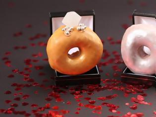 Φωτογραφία για Δαχτυλίδια αρραβώνα από... ντόνατς!
