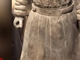 Φωτογραφία για Παγκόσμια οργή για τον βανδαλισμό πολεμιστή του Πήλινου Στρατού [video]
