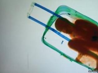 Φωτογραφία για Ισπανία: Πρόστιμο 92 ευρώ στον πατέρα που έβαλε το παιδί του στη βαλίτσα για να περάσει τα σύνορα