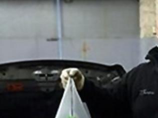 Φωτογραφία για Αγόρασε ένα νέο αυτοκίνητο -  Δείτε τι βρήκε στο εσωτερικό του! [photo]