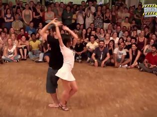 Φωτογραφία για Την τράβηξε να χορέψουν μπροστά σε πολύ κόσμο! Αυτό που έκανε εκείνη κανένας δε το περίμενε... [video]