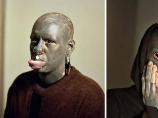 Φωτογραφία για Βρετανός καλλιτέχνης πέρασε 10 χρόνια από τη ζωή του για να γίνει… μαύρος. Αλλά δεν..