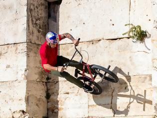 Φωτογραφία για Video: ΒΜΧ ride στην raw Αθήνα με τον Πάνο Μανάρα