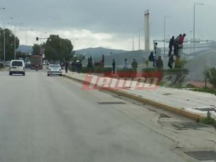 Φωτογραφία για Πάτρα: Καζάνι που βράζει πάλι το Λιμάνι - Νέο ντου εκατοντάδων μεταναστών - Ισχυρή δύναμη της ΕΛ.ΑΣ και ΜΑΤ στην περιοχή [photos+video]