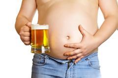 Τι προκαλεί τελικά τη λεγόμενη «μπυροκοιλιά» και τι μπορούμε να κάνουμε;