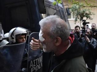 Φωτογραφία για Τα ΜΑΤ τραυμάτισαν δημοσιογράφο του ΣΚΑΪ που κάλυπτε τους πλειστηριασμούς (ΒΙΝΤΕΟ)