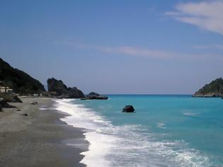 Φωτογραφία για Η συγκλονιστική παραλία κοντά στην Αθήνα που βρίσκεται ανάμεσα σε βουνό και θάλασσα!