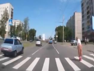 Φωτογραφία για Αν δείτε την συγκεκριμένη γιαγιά στον δρόμο, μη τη βοηθήσετε! [video]