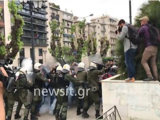 Φωτογραφία για Σε συλλήψεις μετατράπηκαν οι προσαγωγές των διαδηλωτών του αντιπολεμικού συλλαλητηρίου