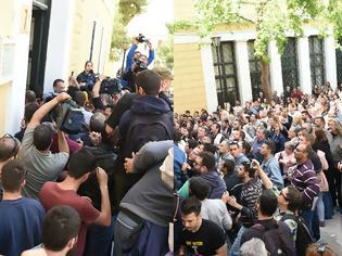 Φωτογραφία για Οργή λαού στα Δικαστήρια Ευελπίδων: Πέταξαν καφέδες και γιαούρτια στους αστυνομικούς για τους συλληφθέντες στο άγαλμα του Τρούμαν! (ΦΩΤΟ & ΒΙΝΤΕΟ)
