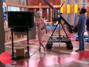 Φωτογραφία για Η Ελένη Μενεγάκη έκανε εντυπωσιακή είσοδο, αλλά είχε ξεχάσει να κουμπώσει το φόρεμα της! [video]