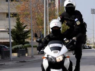 Φωτογραφία για ΣΥΓΚΛΟΝΙΖΟΥΝ οι εικόνες: Αστυνομικοί της ΔΙΑΣ σώζουν έγκυο γυναίκα από τροχαίο [photos]