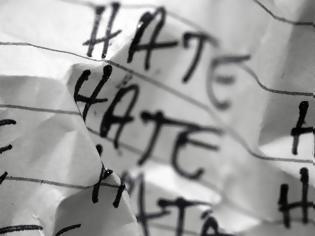 Φωτογραφία για «Δημόσιος Λιθοβολισμός»: Ρητορεία του Μίσους και Ελευθερία Λόγου