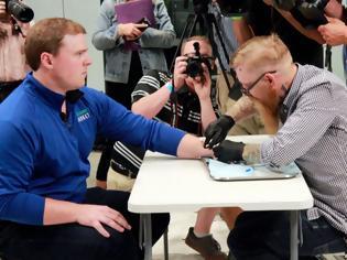 Φωτογραφία για Ο «Big Brother» ζωντανεύει: Οι Σουηδοί καταργούν κάρτες και εμφυτεύουν μικροτσίπ